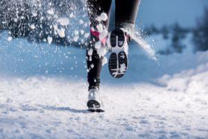 бегун бежит по снегу
