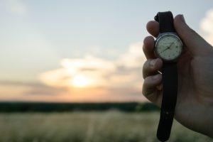 часы на фоне природы