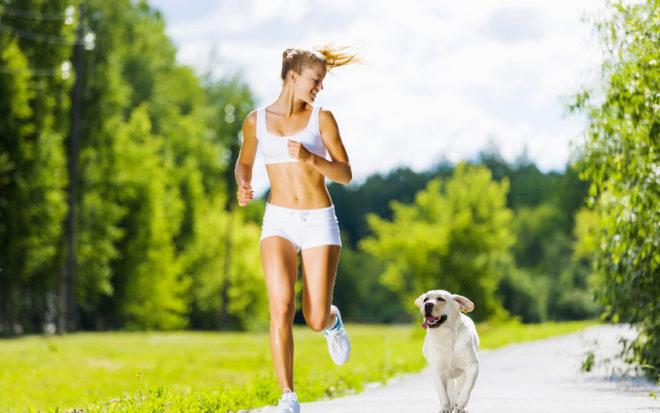 Женщина бежит рядом с собакой