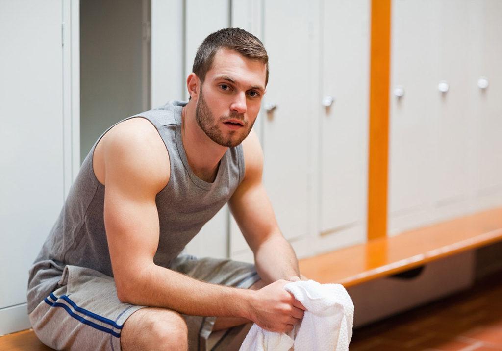 спортсмен сидит на лавке