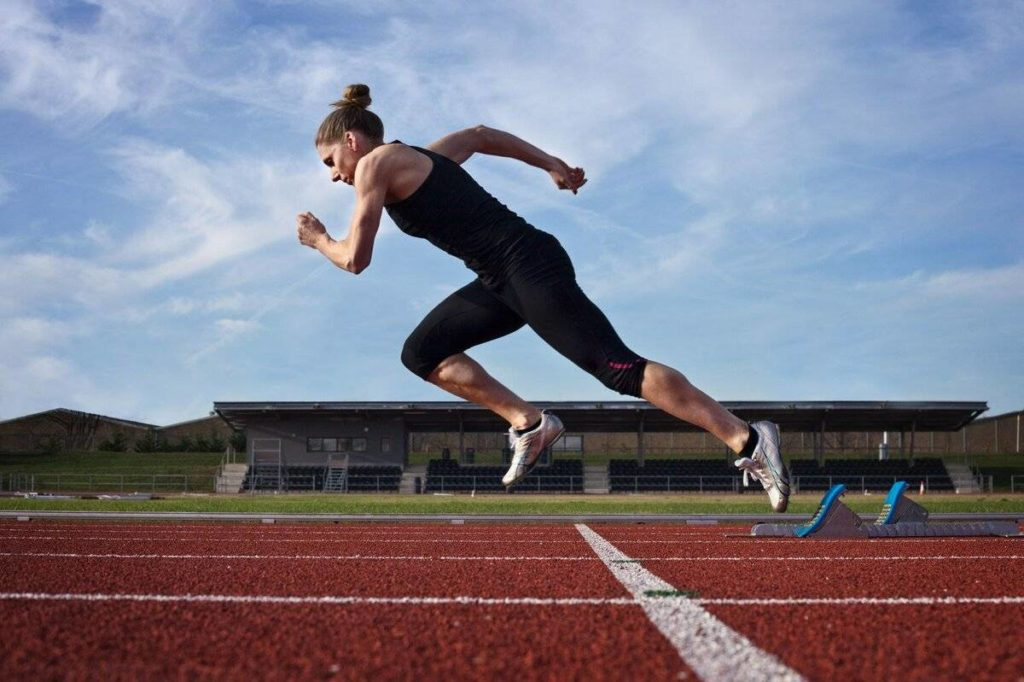 бежит женщина