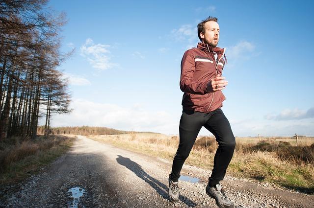 мужчина бежит утром
